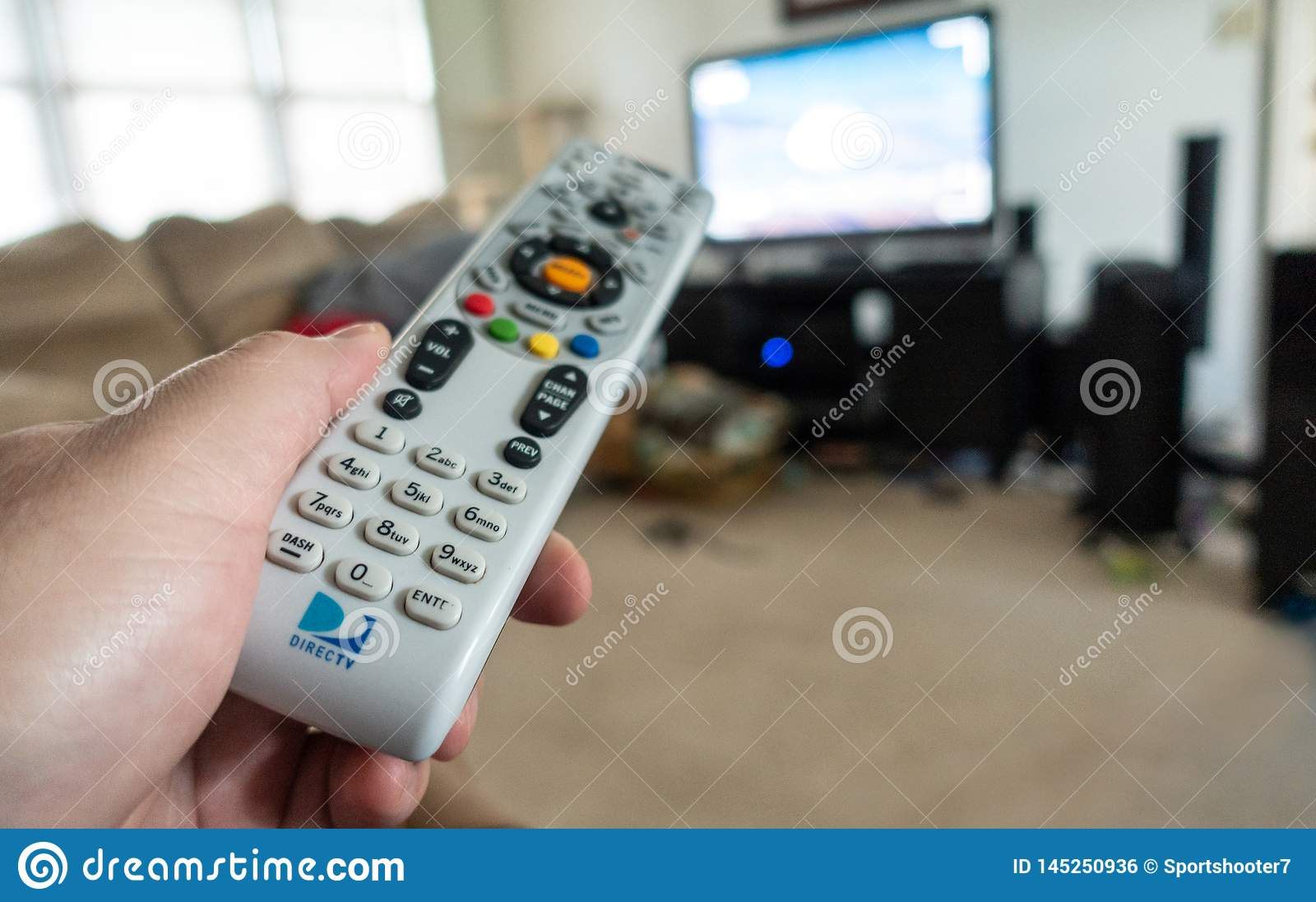 拿着DirecTV遥控的人