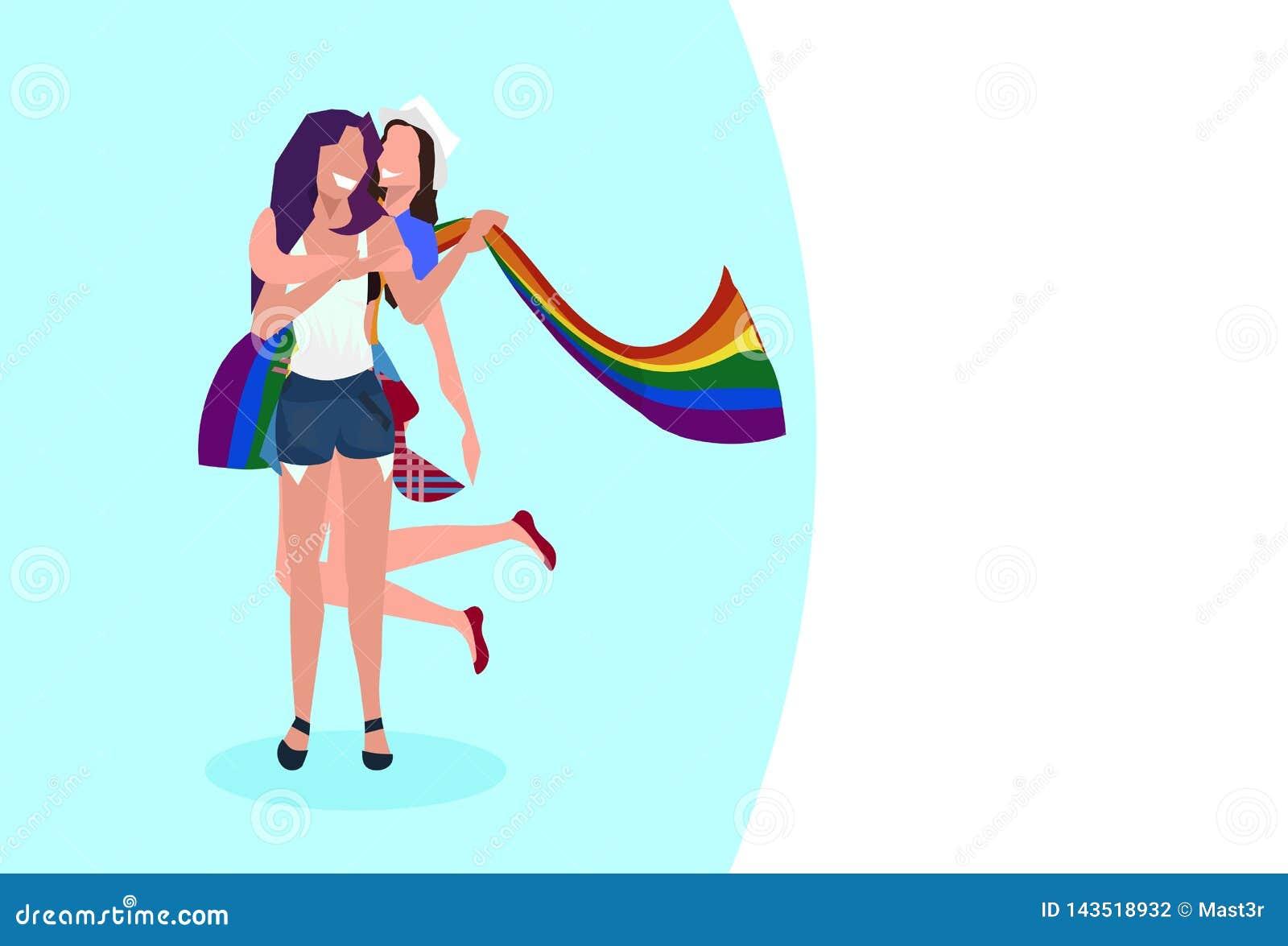 拿着lgbt彩虹旗子爱游行自豪感节日概念两微笑的女孩的女同性恋的夫妇一起站立女性