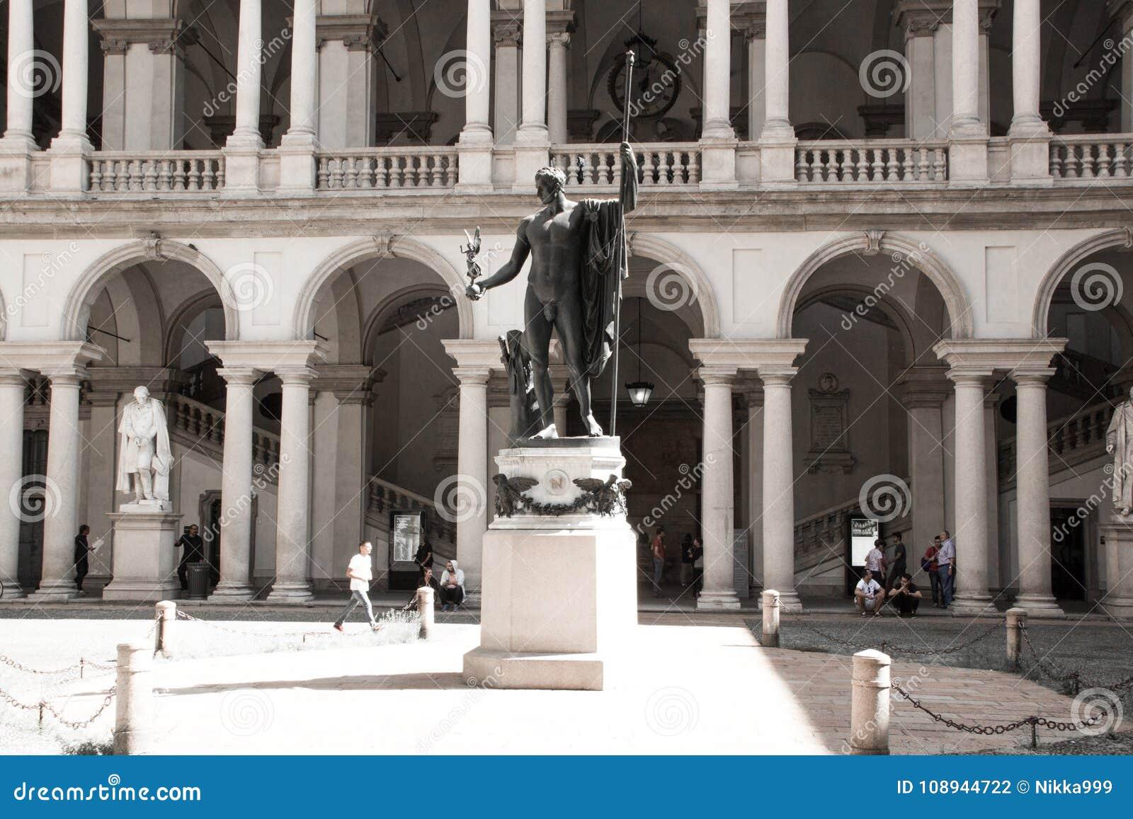 拿破仑雕象作为火星的调解人安东尼奥・卡诺瓦在Palazzo Brera, Accademia di Belle的家主要庭院里
