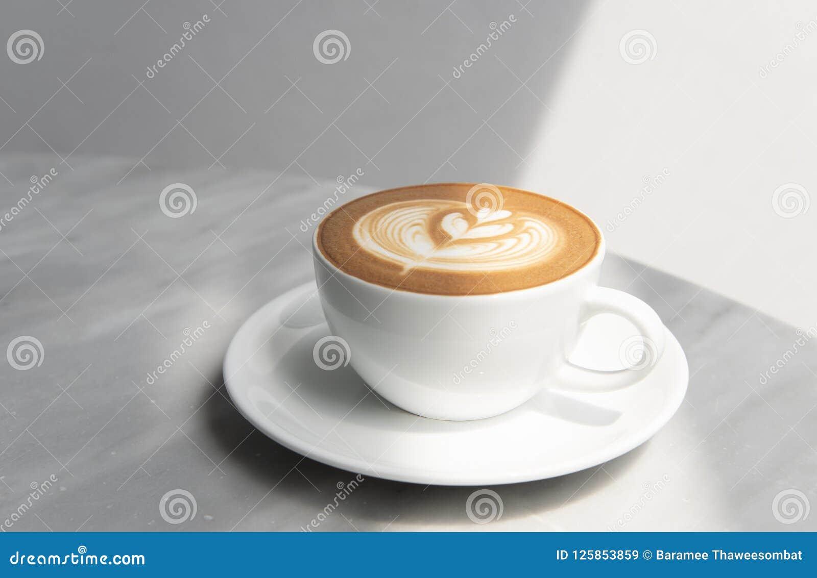 拿铁或热奶咖啡与泡沫的泡沫,咖啡杯顶视图