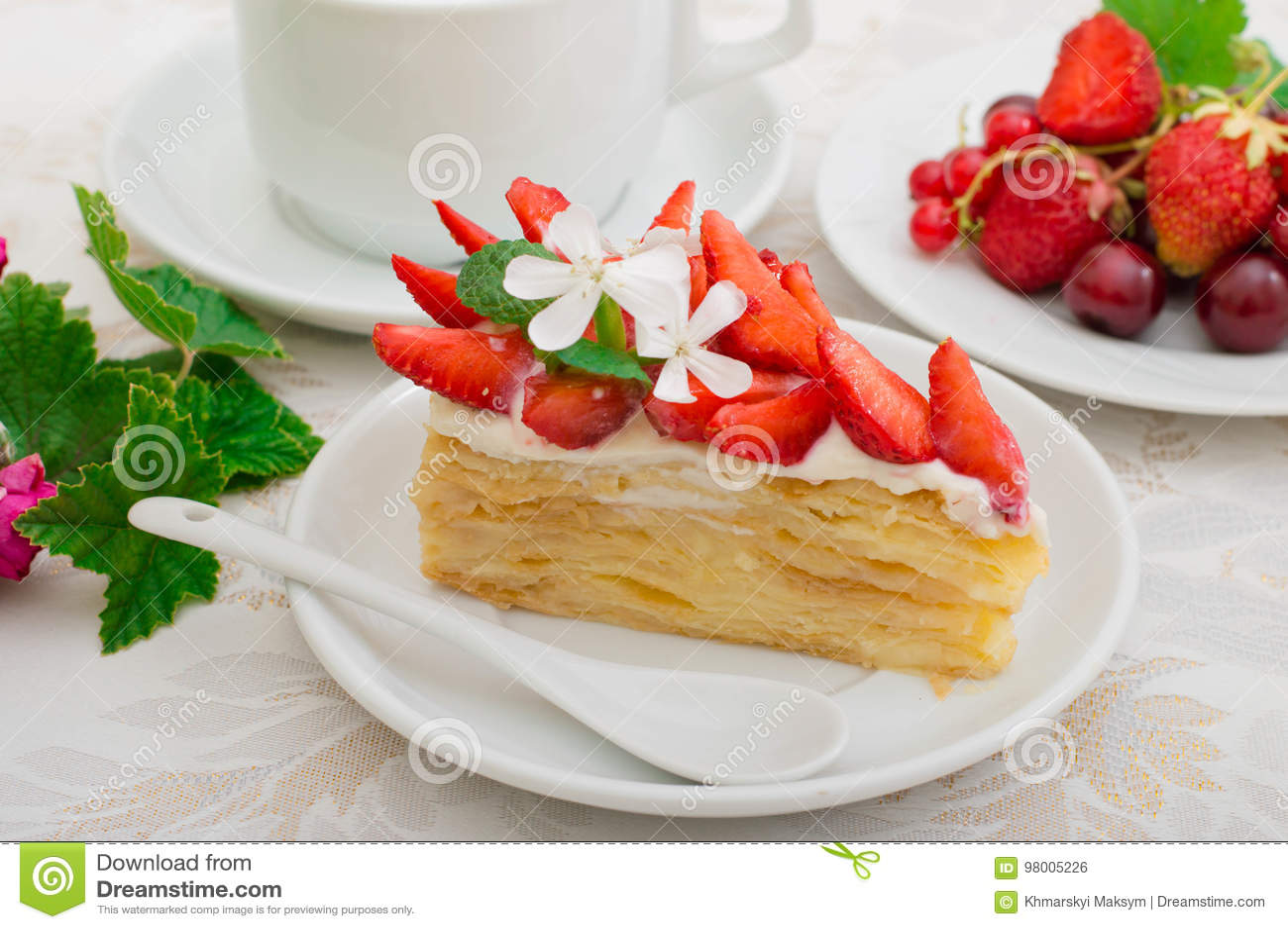 拿破仑蛋糕用草莓 木背景 特写镜头 顶视图