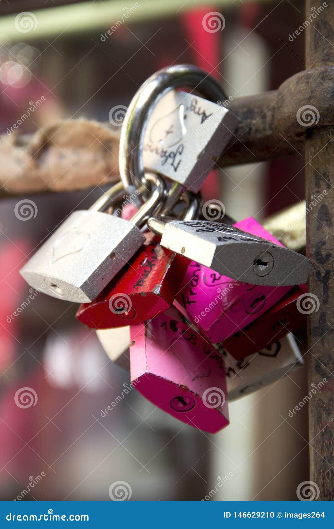 挂锁,爱的标志在茱莉亚的围场在维罗纳