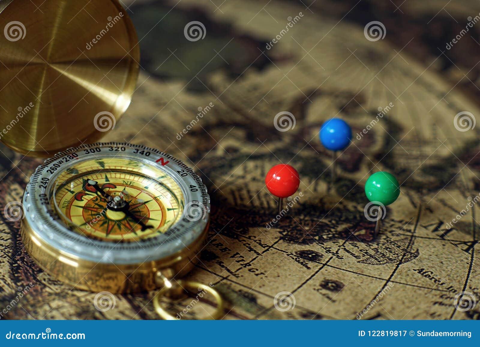 指南针和笔记本在葡萄酒世界地图,旅途概念,拷贝空间