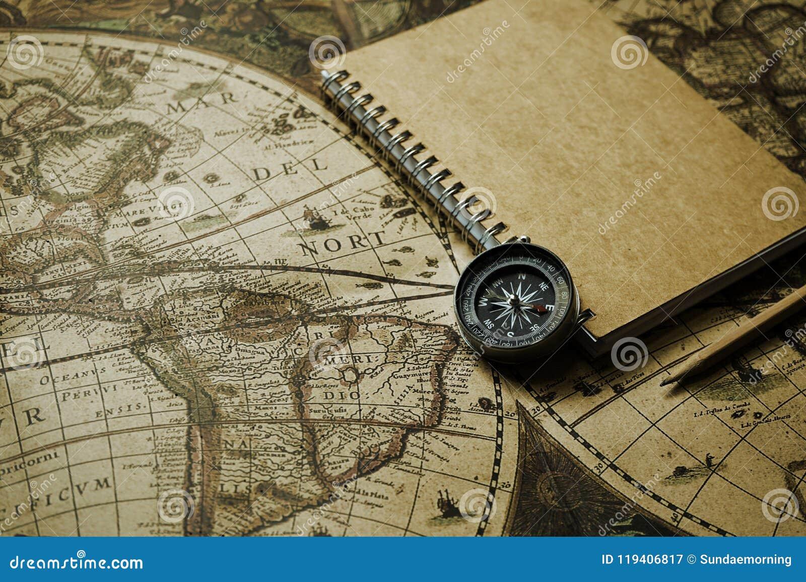 指南针和笔记本在迷离葡萄酒世界地图,旅途概念,拷贝