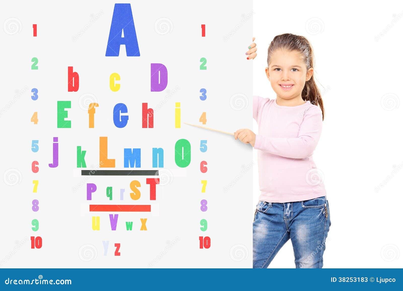 指向在五颜六色的眼力测试的幼儿用木棍子