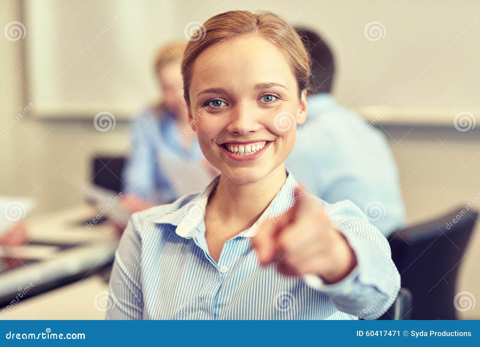 指向在您的微笑的女实业家手指