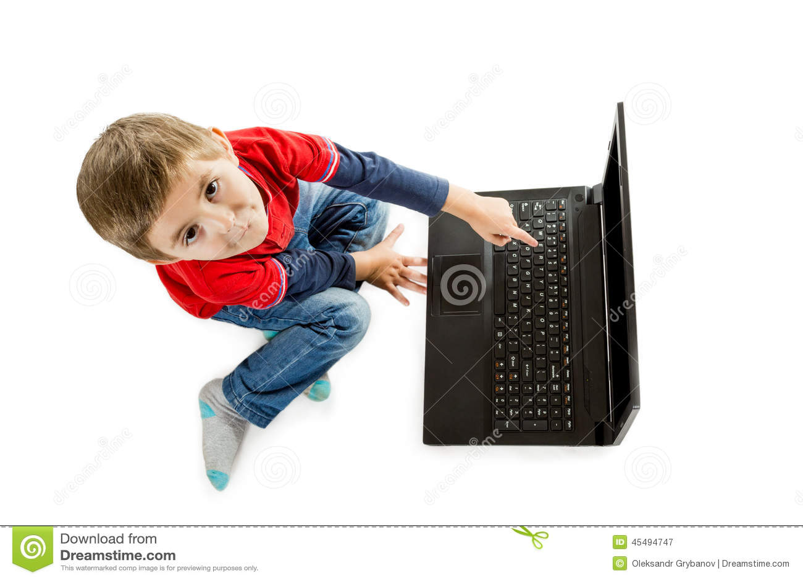 指向膝上型计算机的男孩