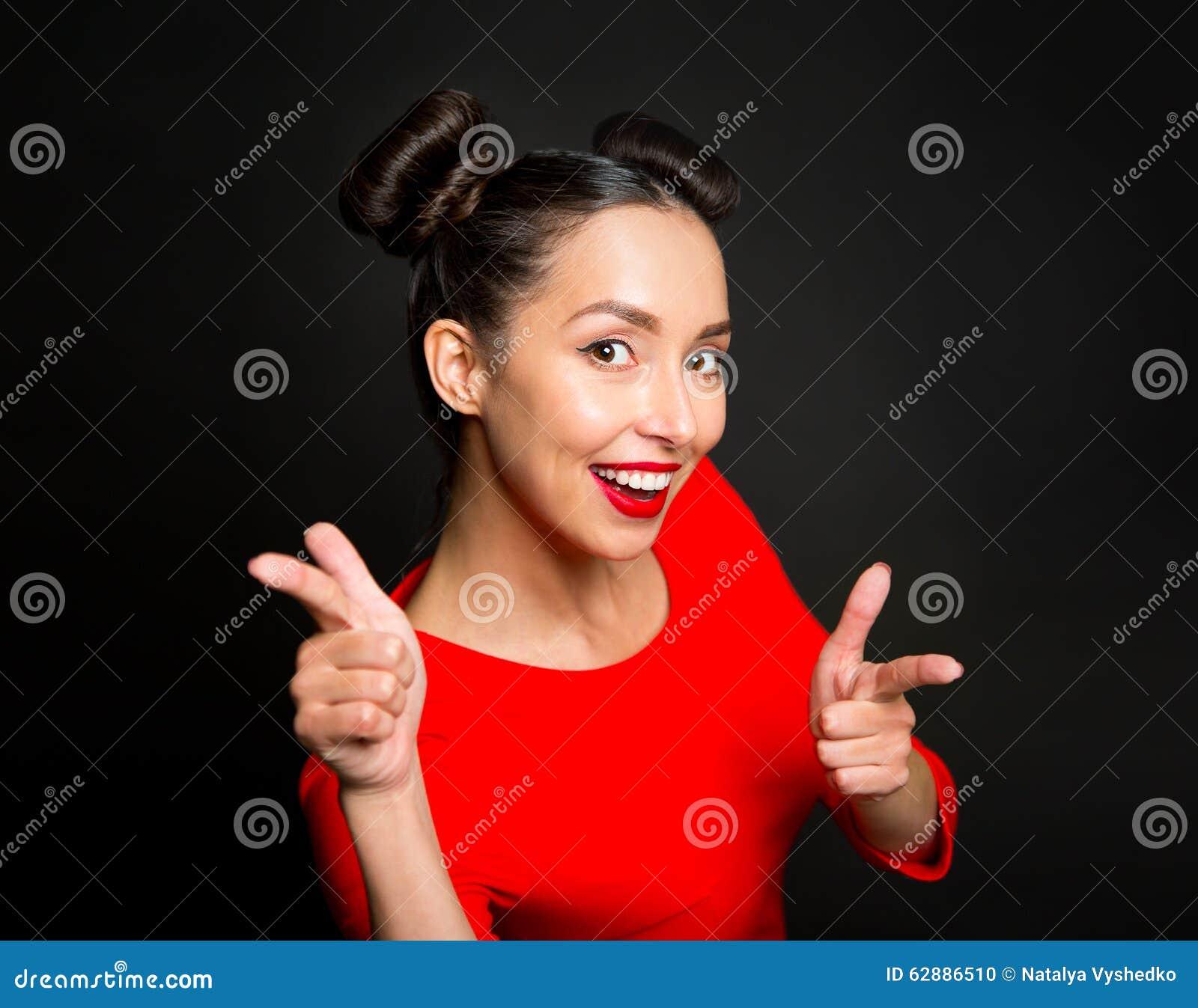 指向食指的年轻激动的妇女画象