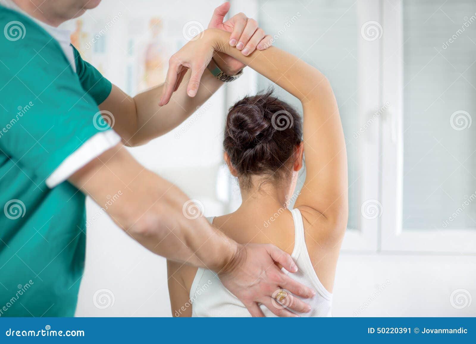按摩医生按摩女性耐心脊椎和后面