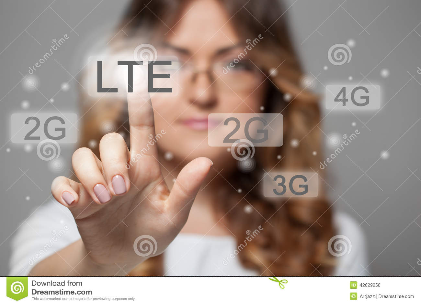 按LTE触摸屏幕按钮的妇女