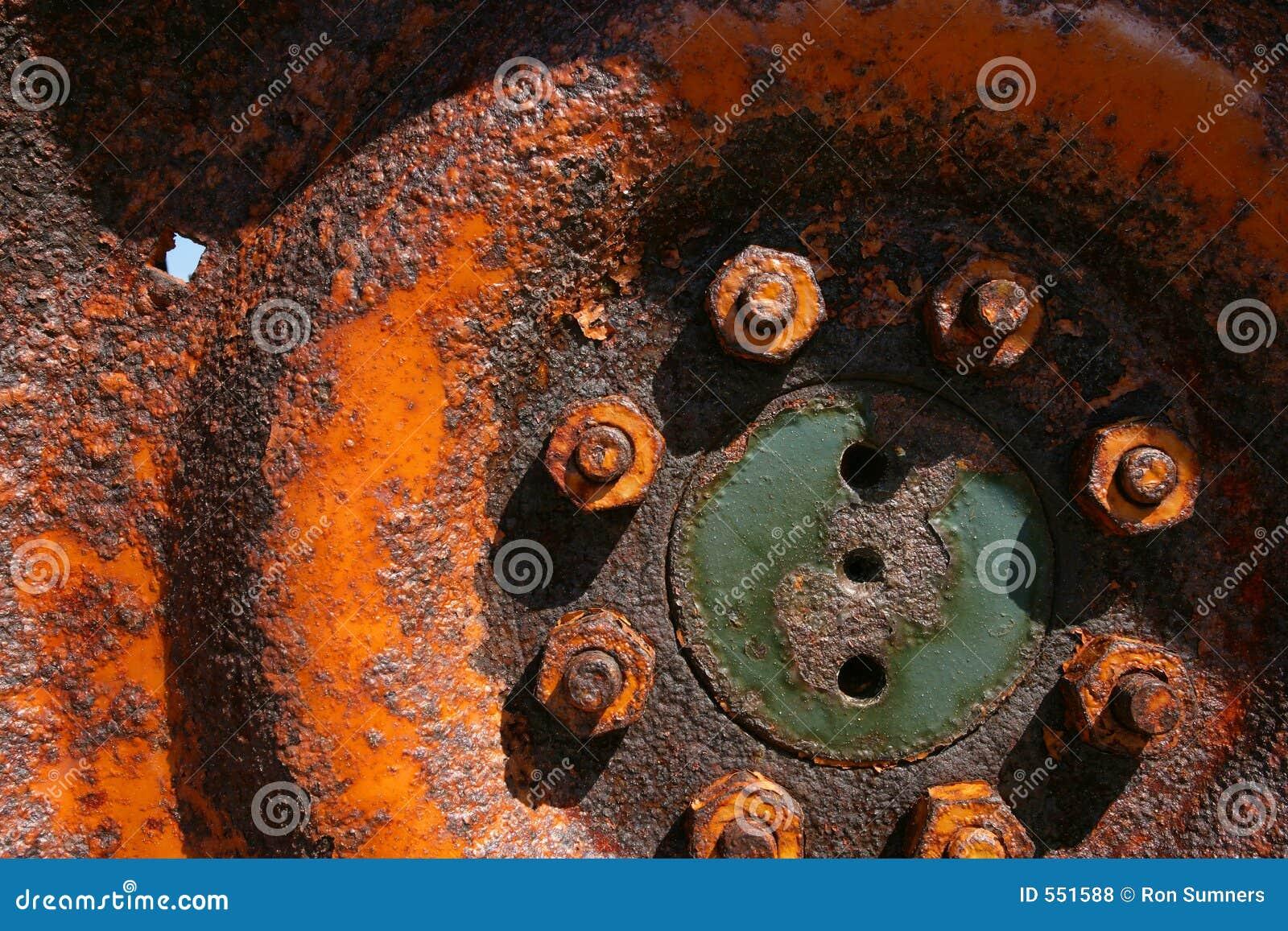 挖坑的拖拉机轮子