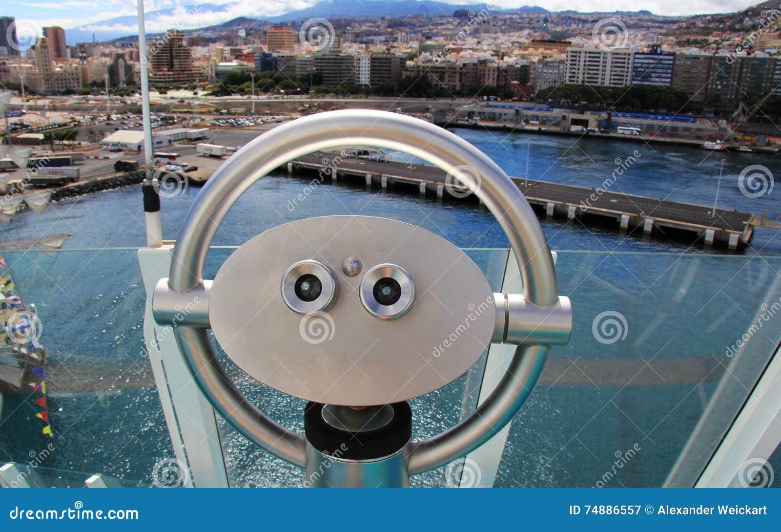 挤撞在俯视圣克鲁斯de特内里费岛-加那利群岛,西班牙的游轮