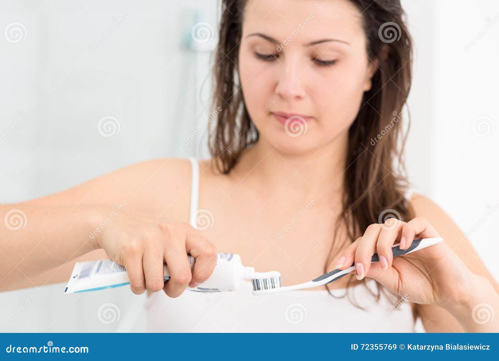 挤牙膏的妇女