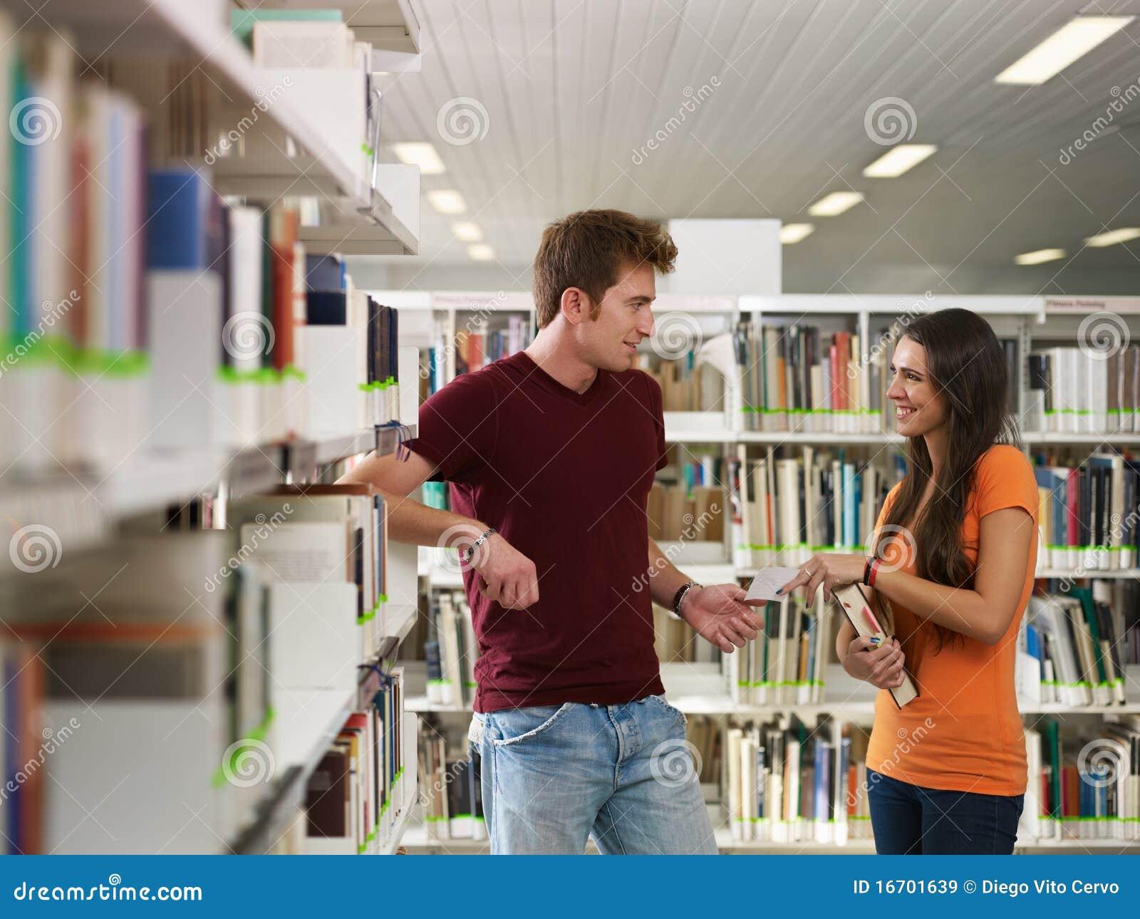 挥动的图书馆学员