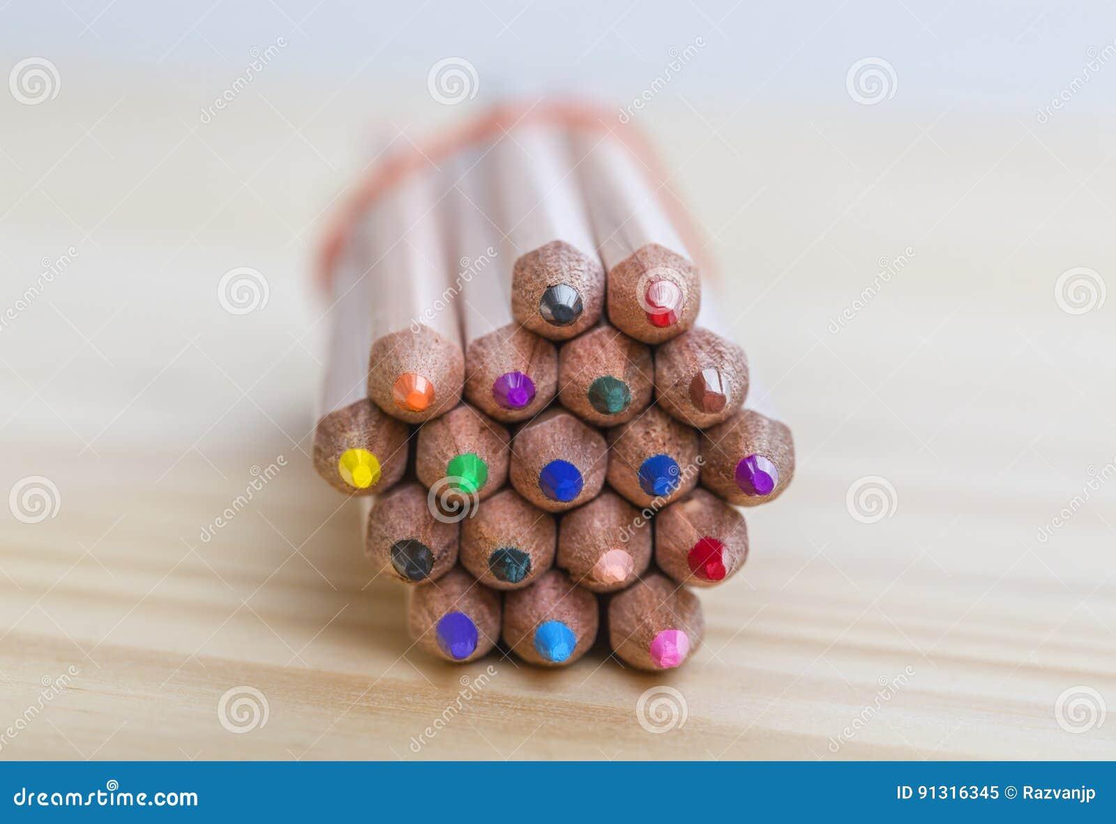 捆绑在木表上的铅笔