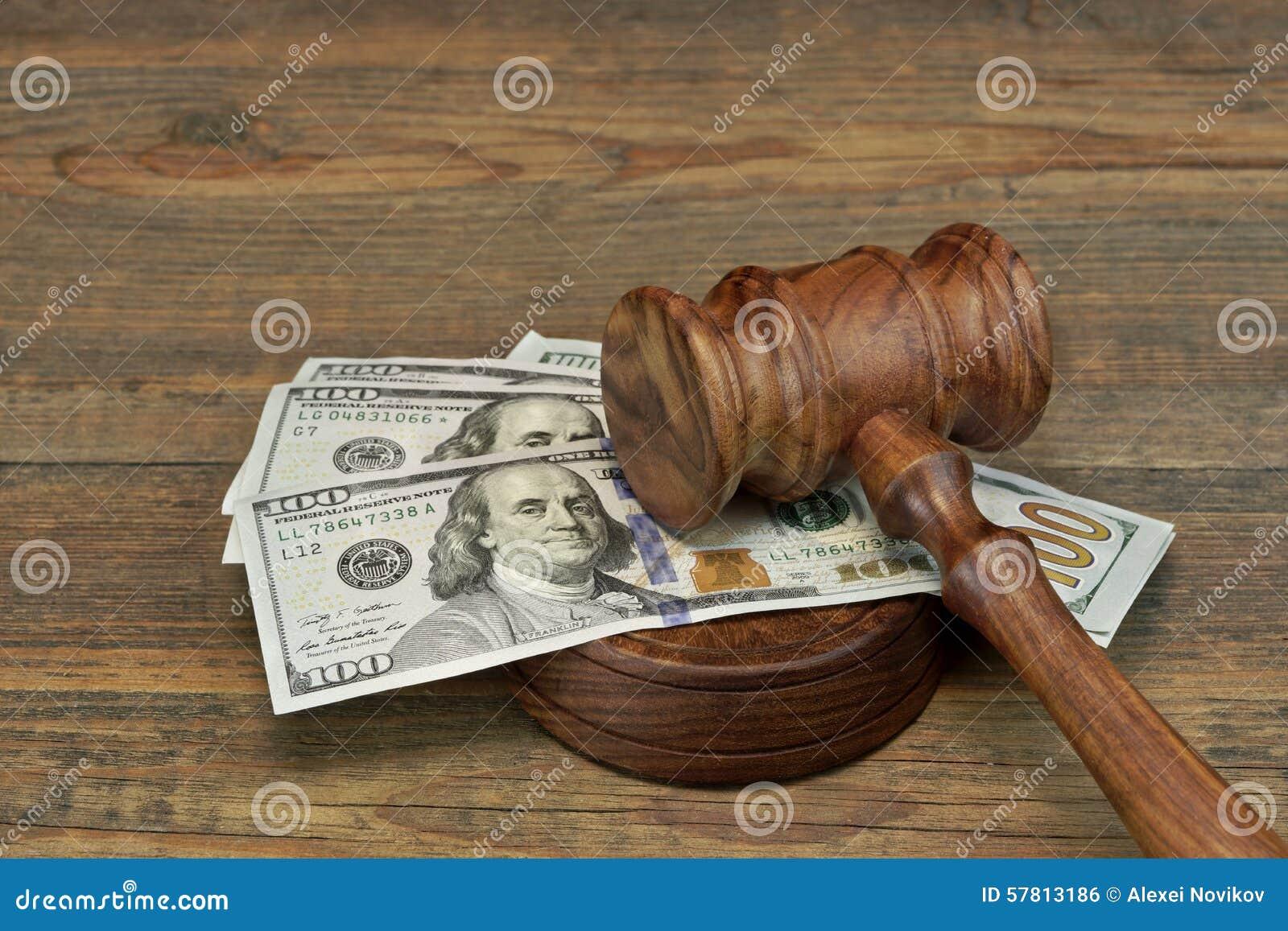 捆绑金钱、法官惊堂木和Soundboard在木表上