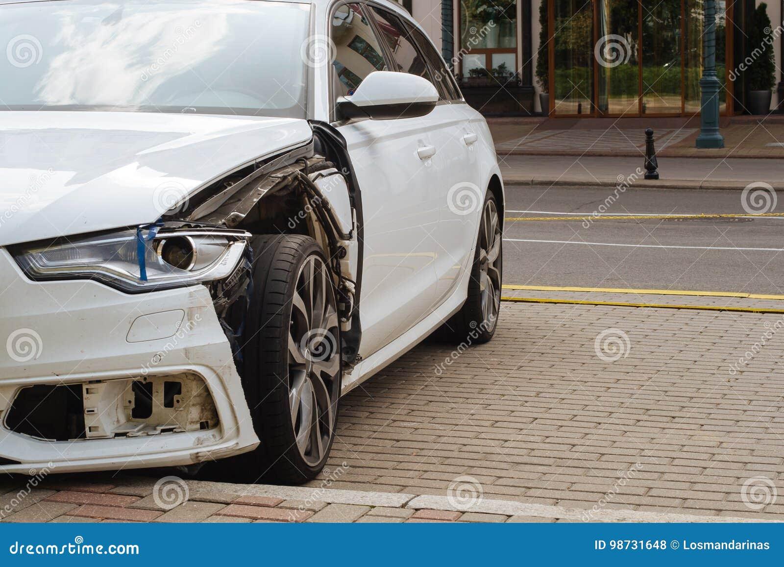 损坏在汽车左面的前方