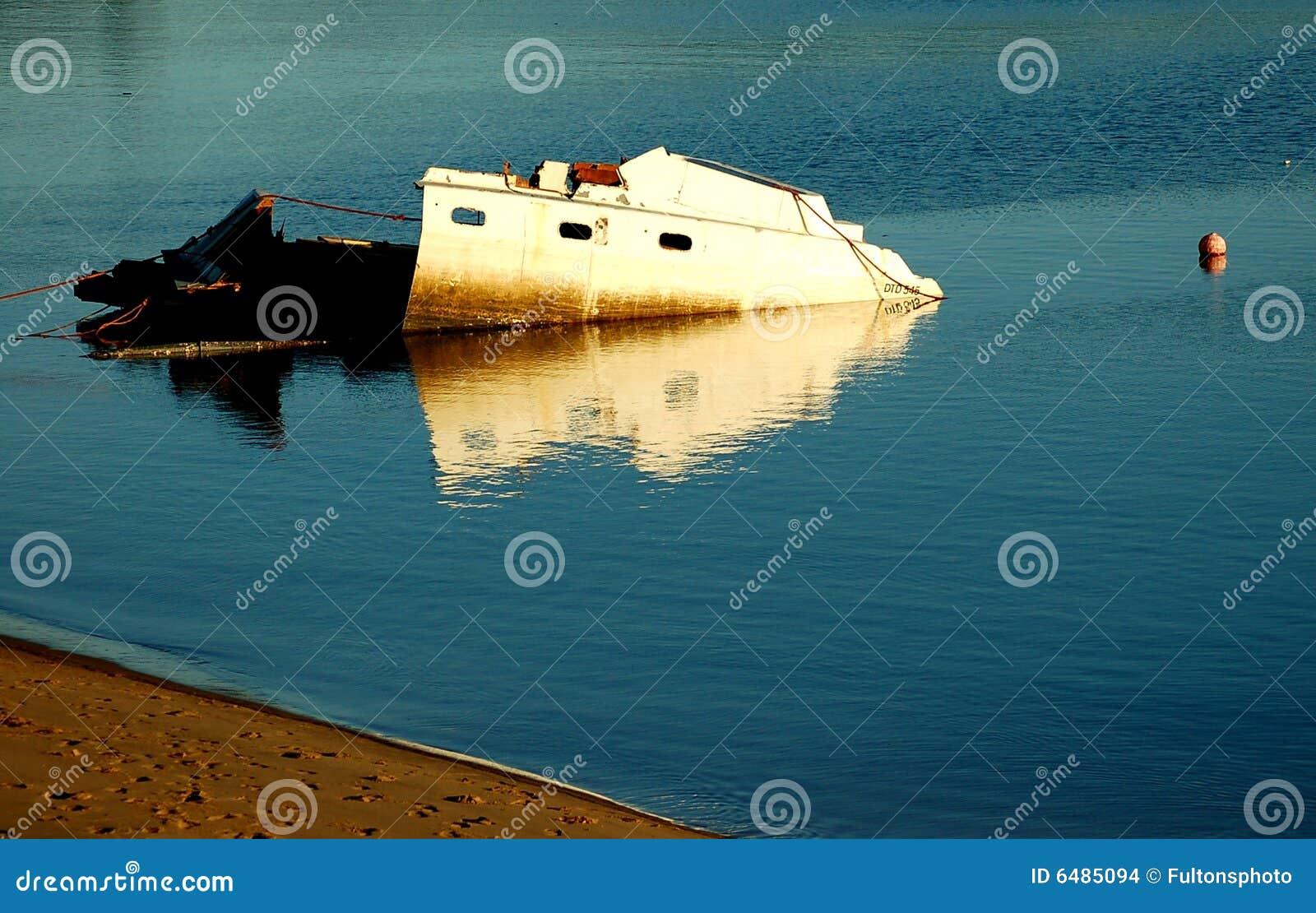 损坏的船击毁