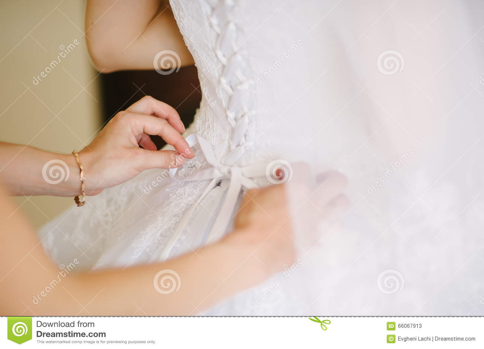 换衣服在她的最佳的天的新娘.