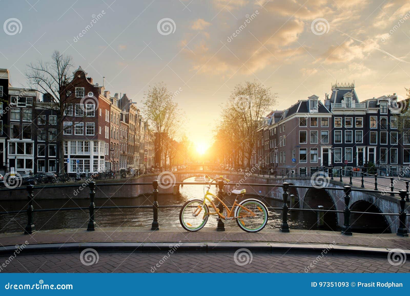排行在阿姆斯特丹, Netherlan运河的自行车一座桥梁