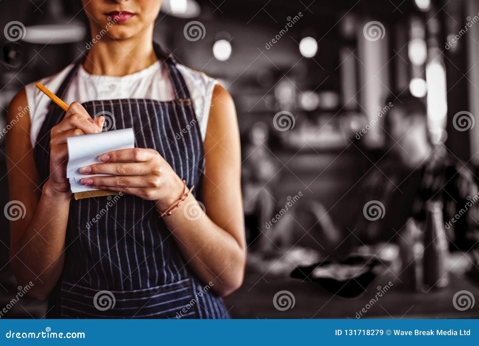 接受命令的女服务员在餐馆