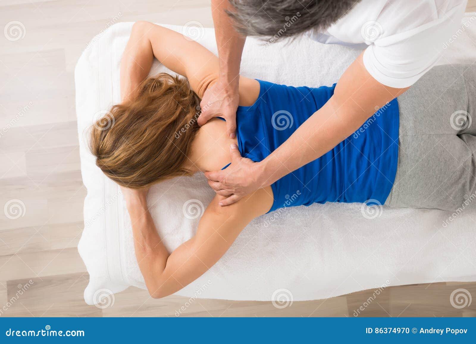 接受妇女的身体按摩