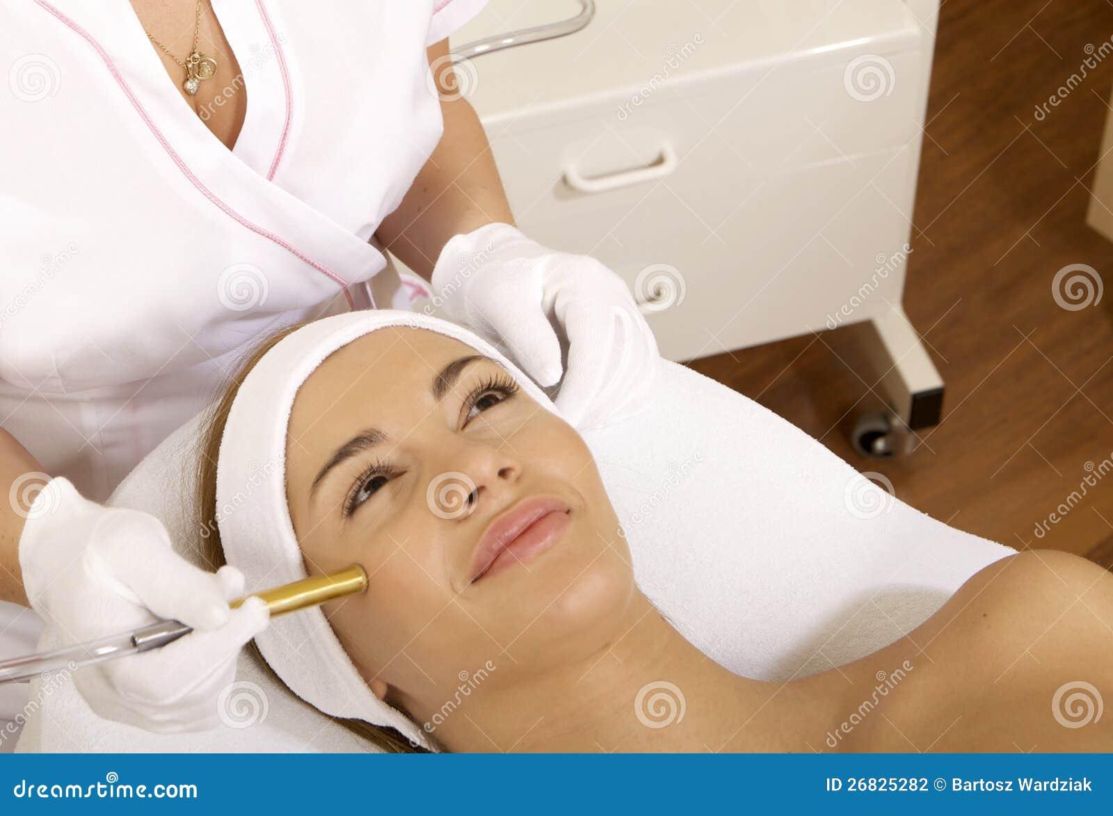 和少妇做�9�.k{x+_接受激光疗法的少妇