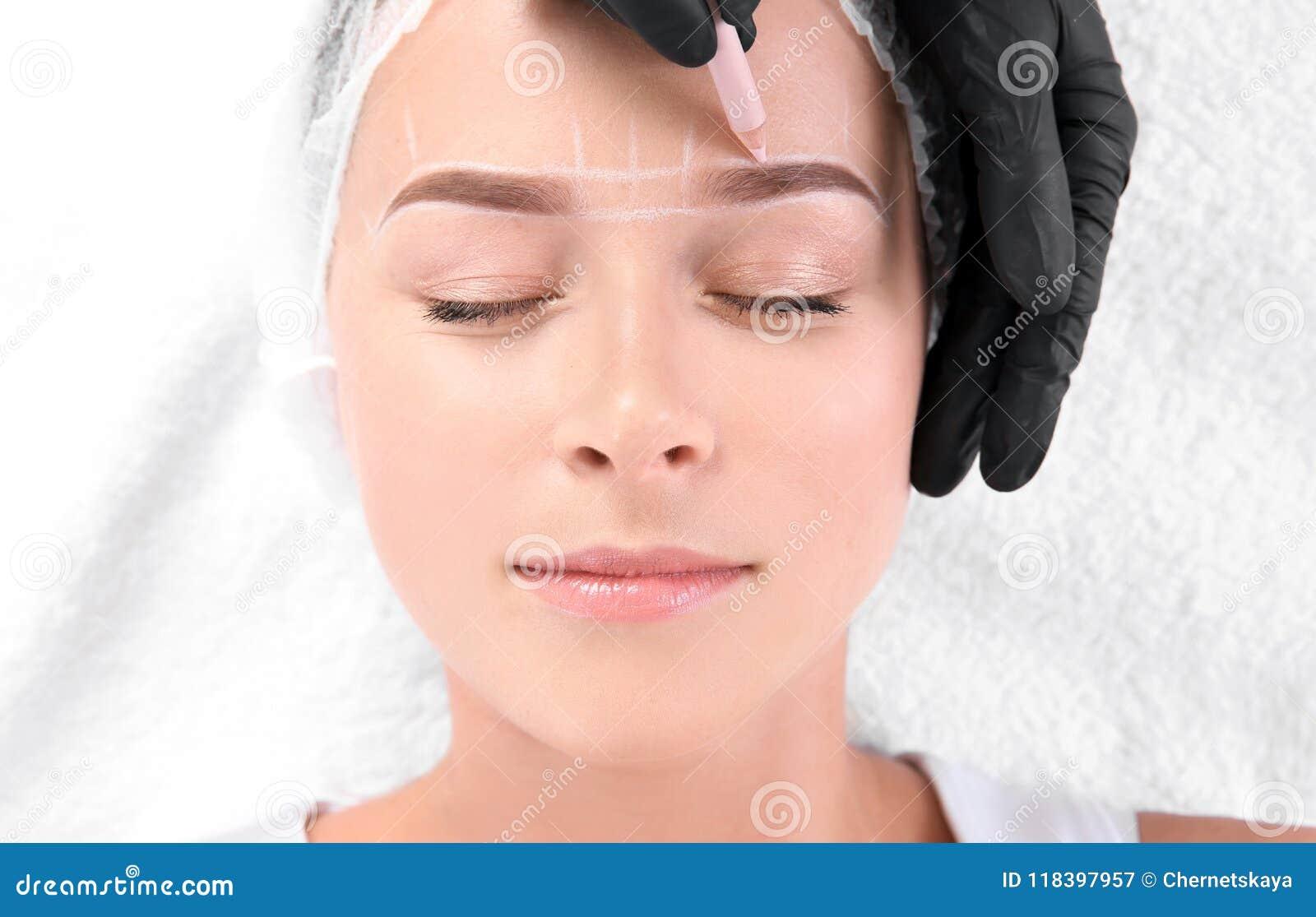 接受眼眉在沙龙的妇女更正做法,顶视图