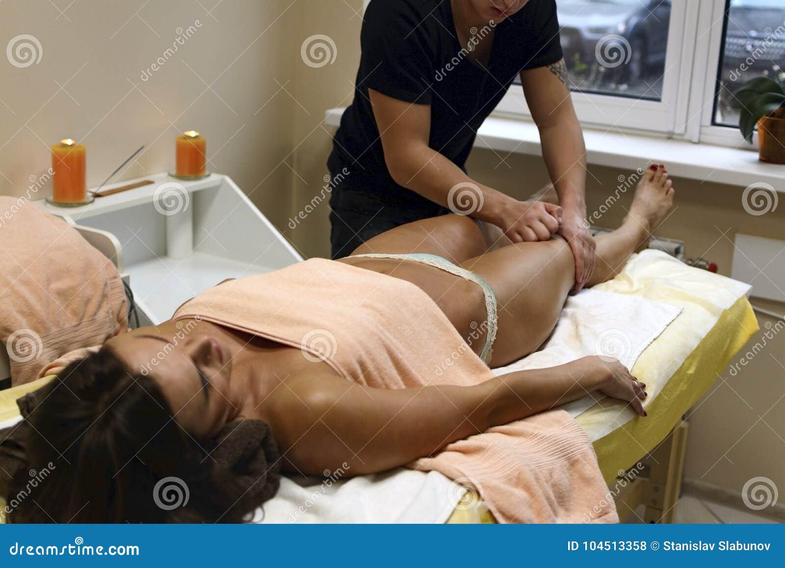 接受身体按摩的浅黑肤色的男人适合的妇女客户在温泉俱乐部