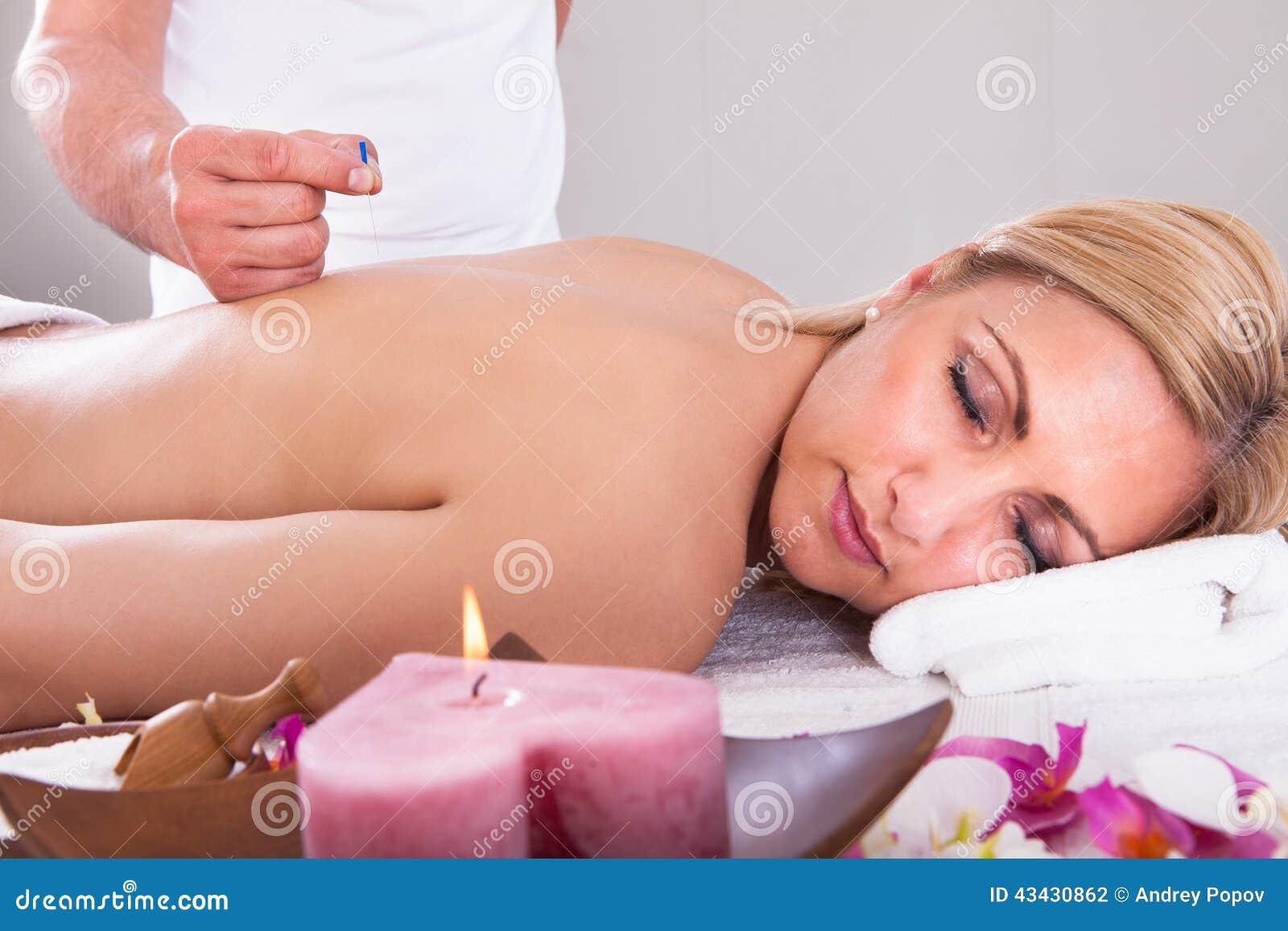 接受针灸疗法的妇女