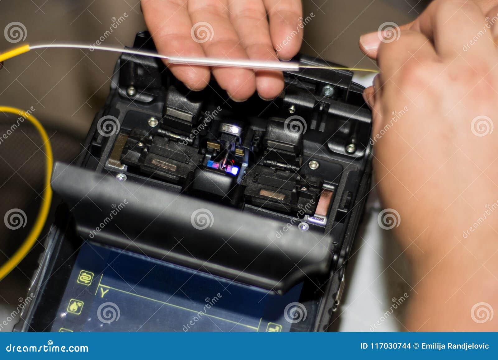 接合由工程师的光纤与光纤融合接合器仪器专家机器