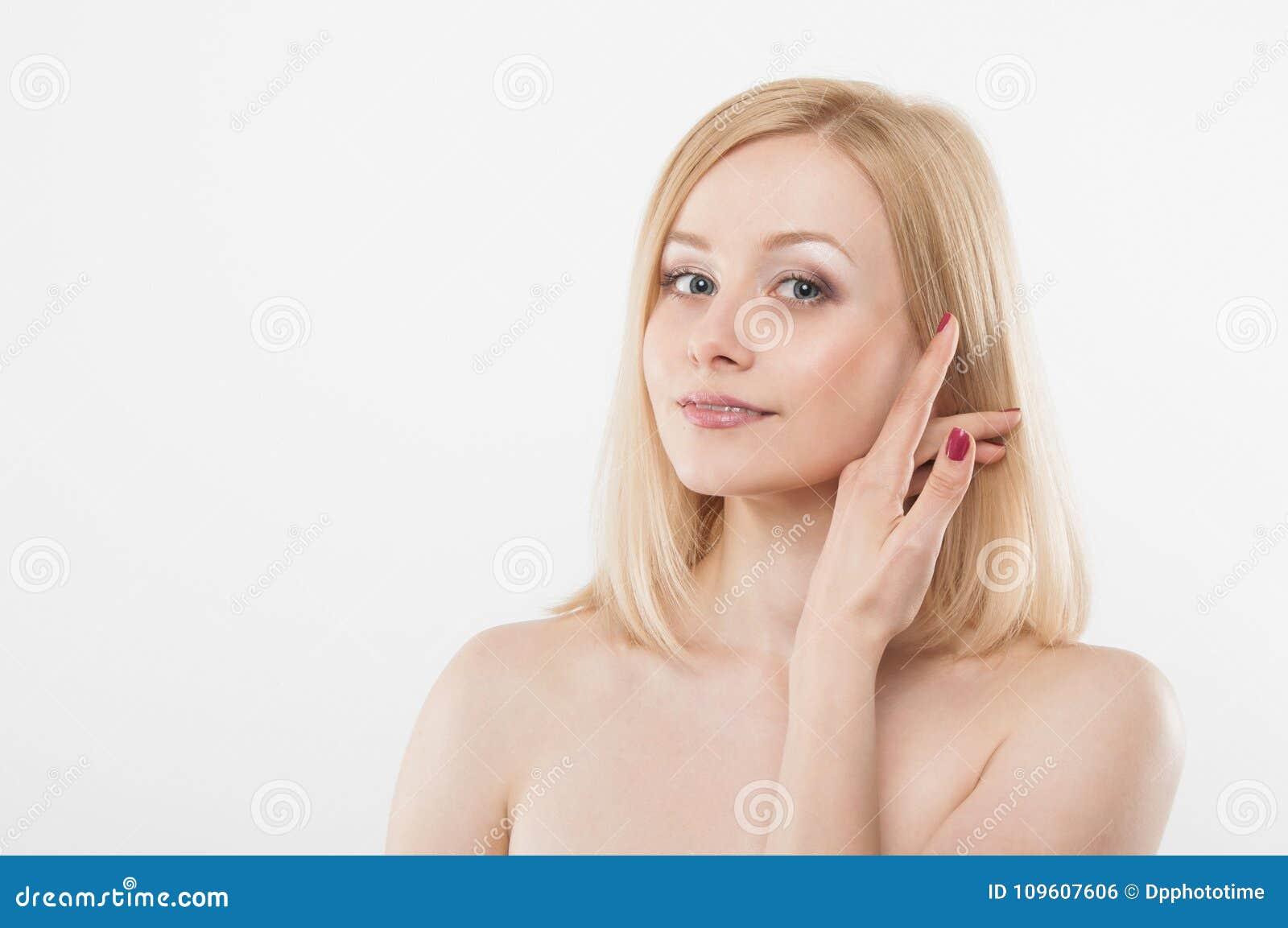 接触她的面孔用手的美丽的妇女