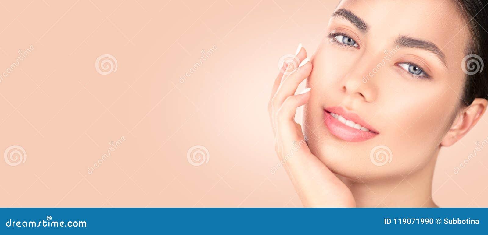 接触她的面孔的美丽的深色的女孩 完善的新鲜的皮肤 温泉秀丽画象 青年和skincare概念