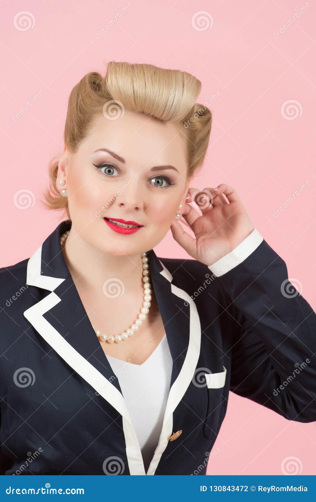 接触她耳环和微笑的年轻女人画象