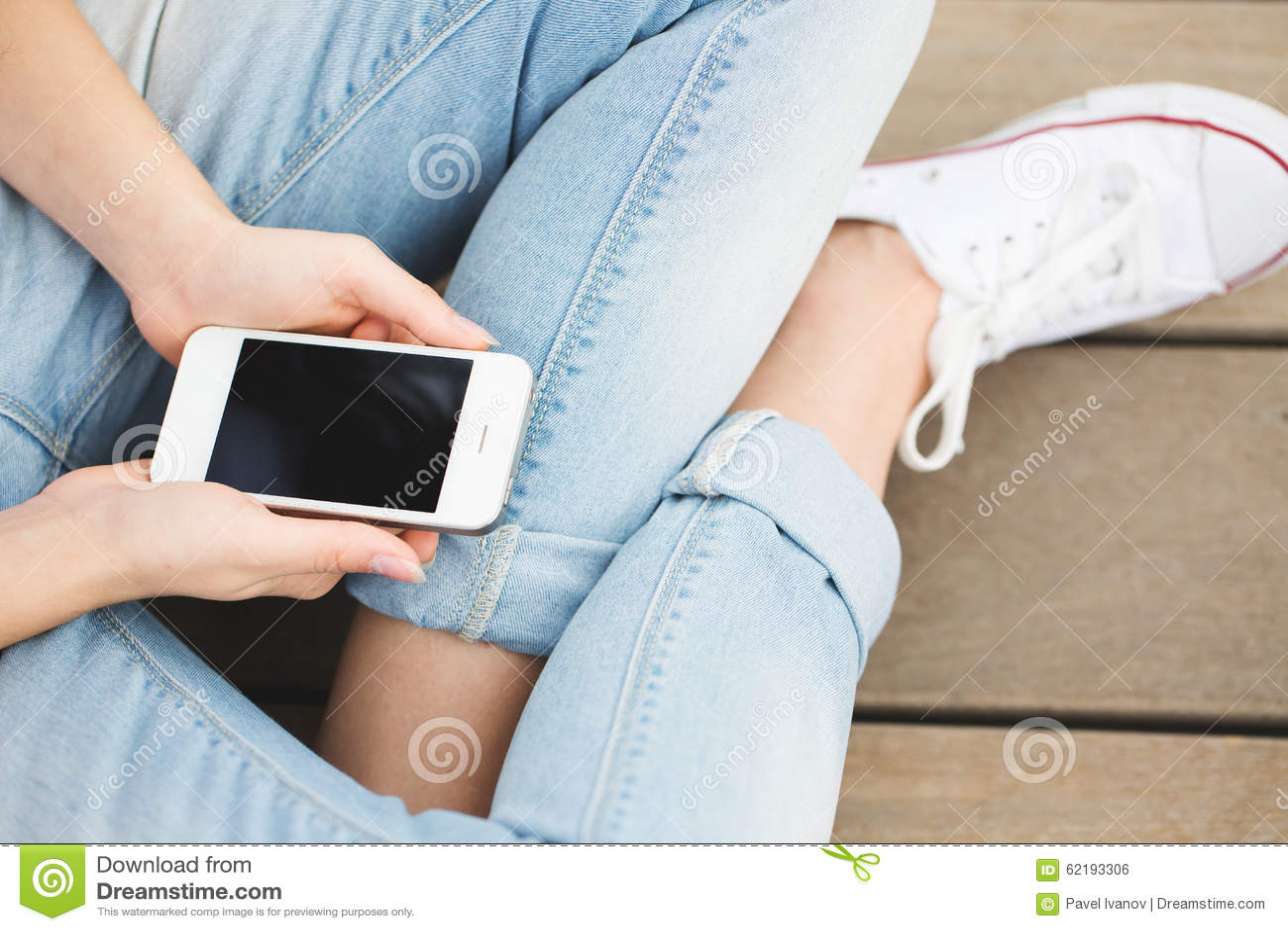 接触智能手机的妇女手