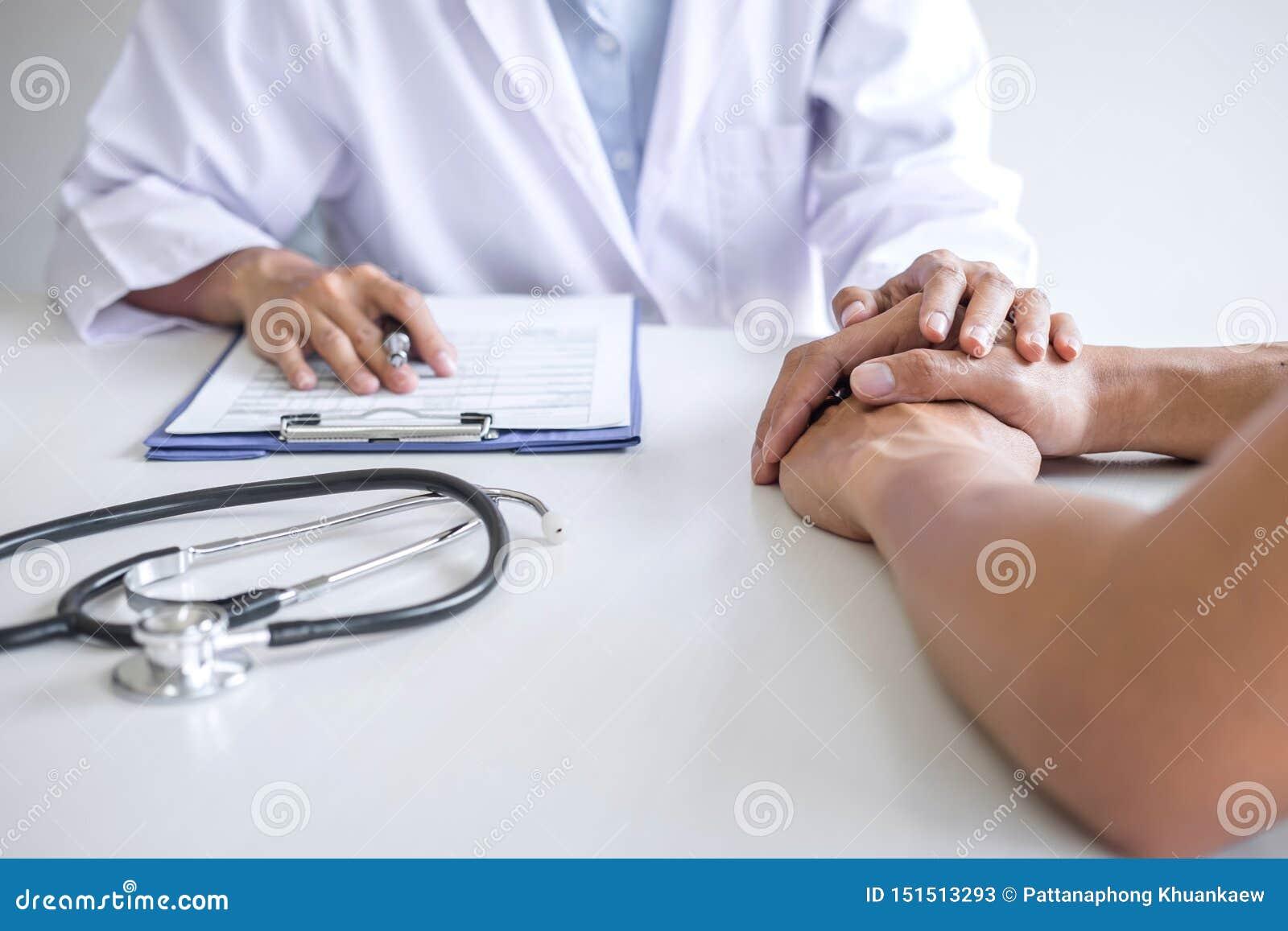 接触鼓励的耐心在医院,欢呼和支持患者,坏消息的医生手和同情,医疗