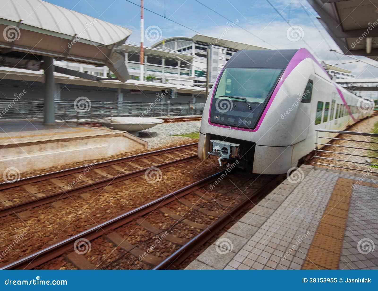 接近火车站的火车。