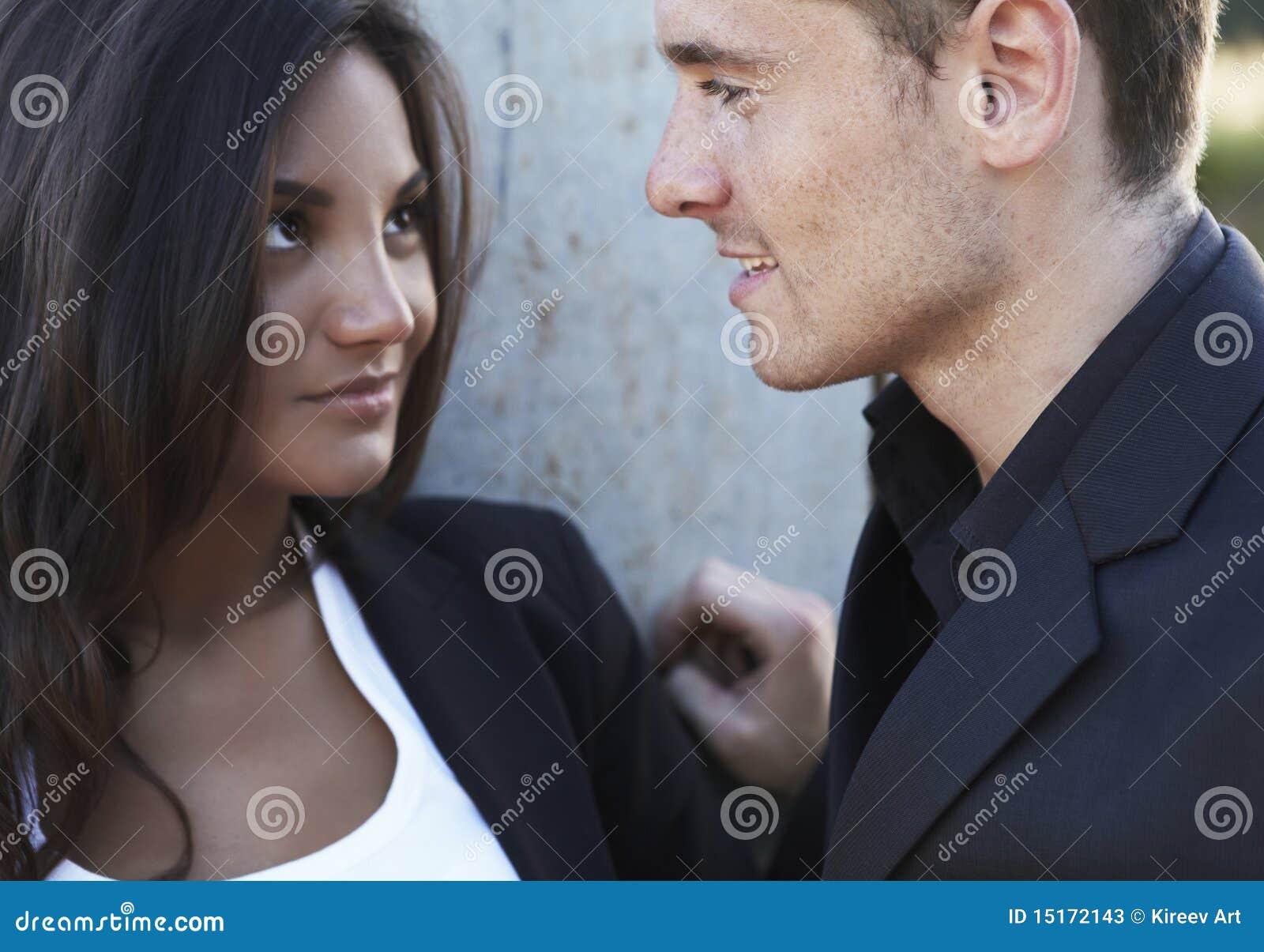 接近的夫妇喜爱微笑年轻人图片