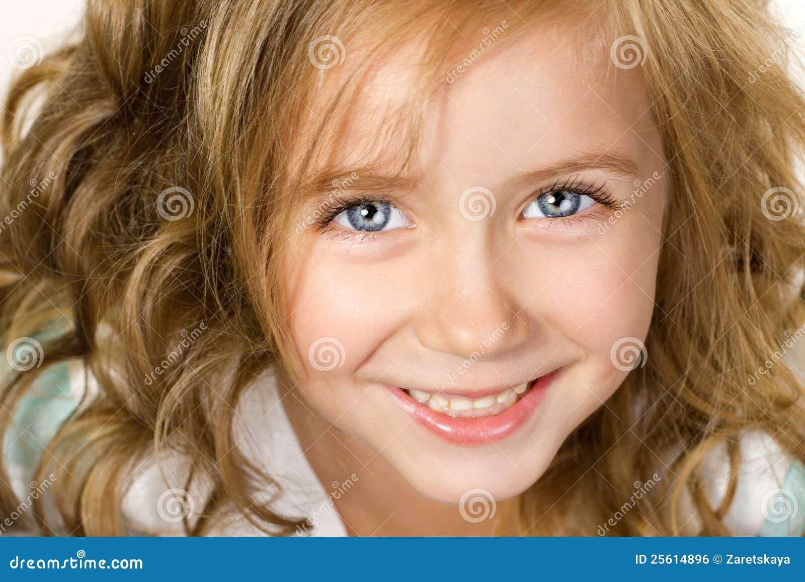 接近的女孩微笑少许的纵向