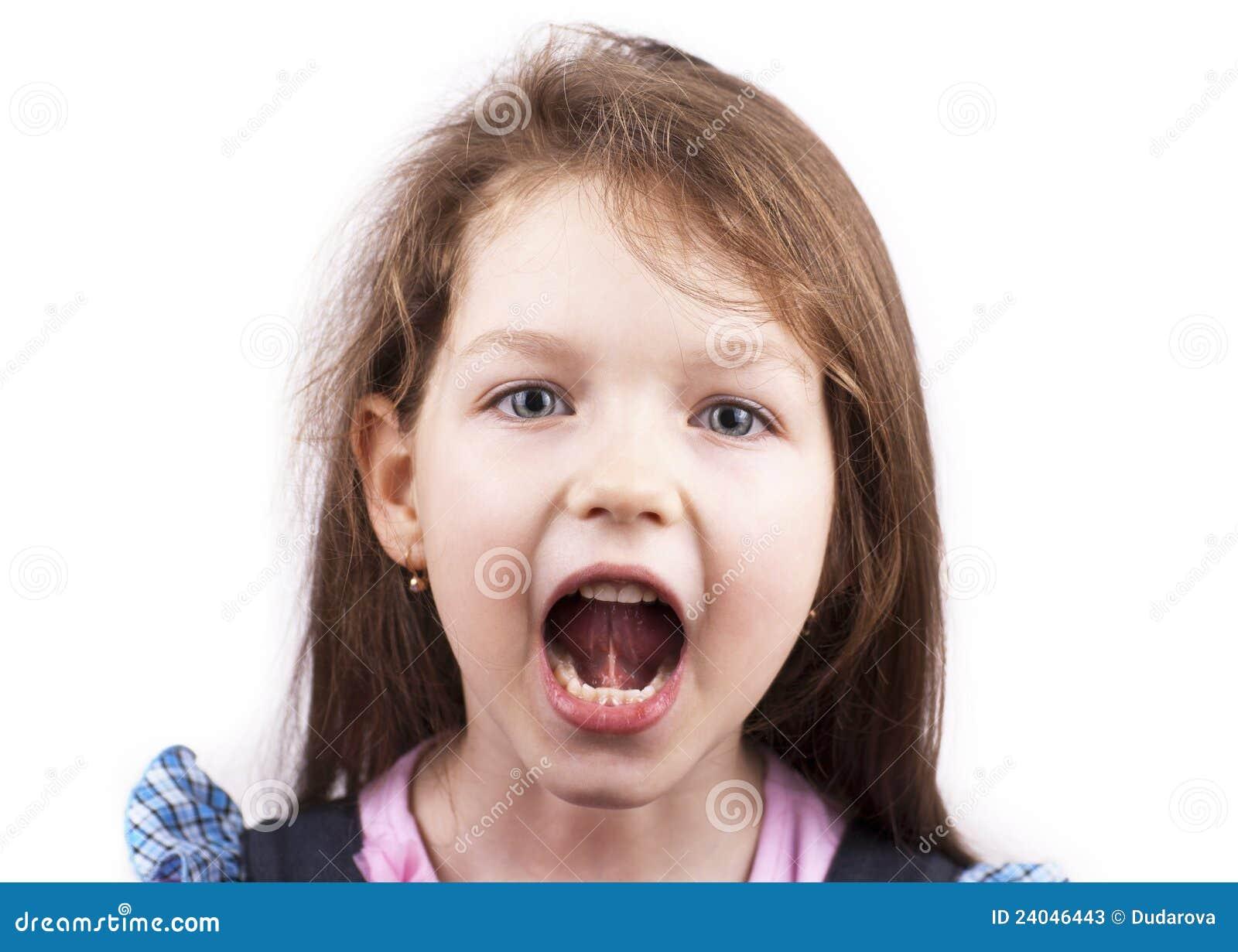 接近的女孩查出尖叫的一点