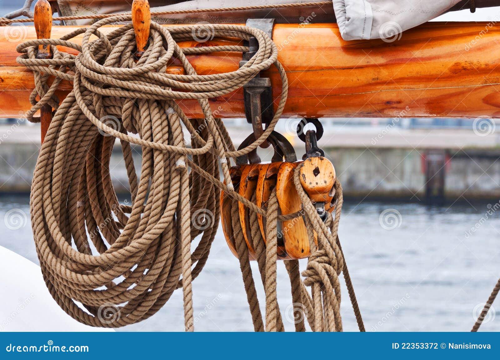 接近的帆柱系住tallship