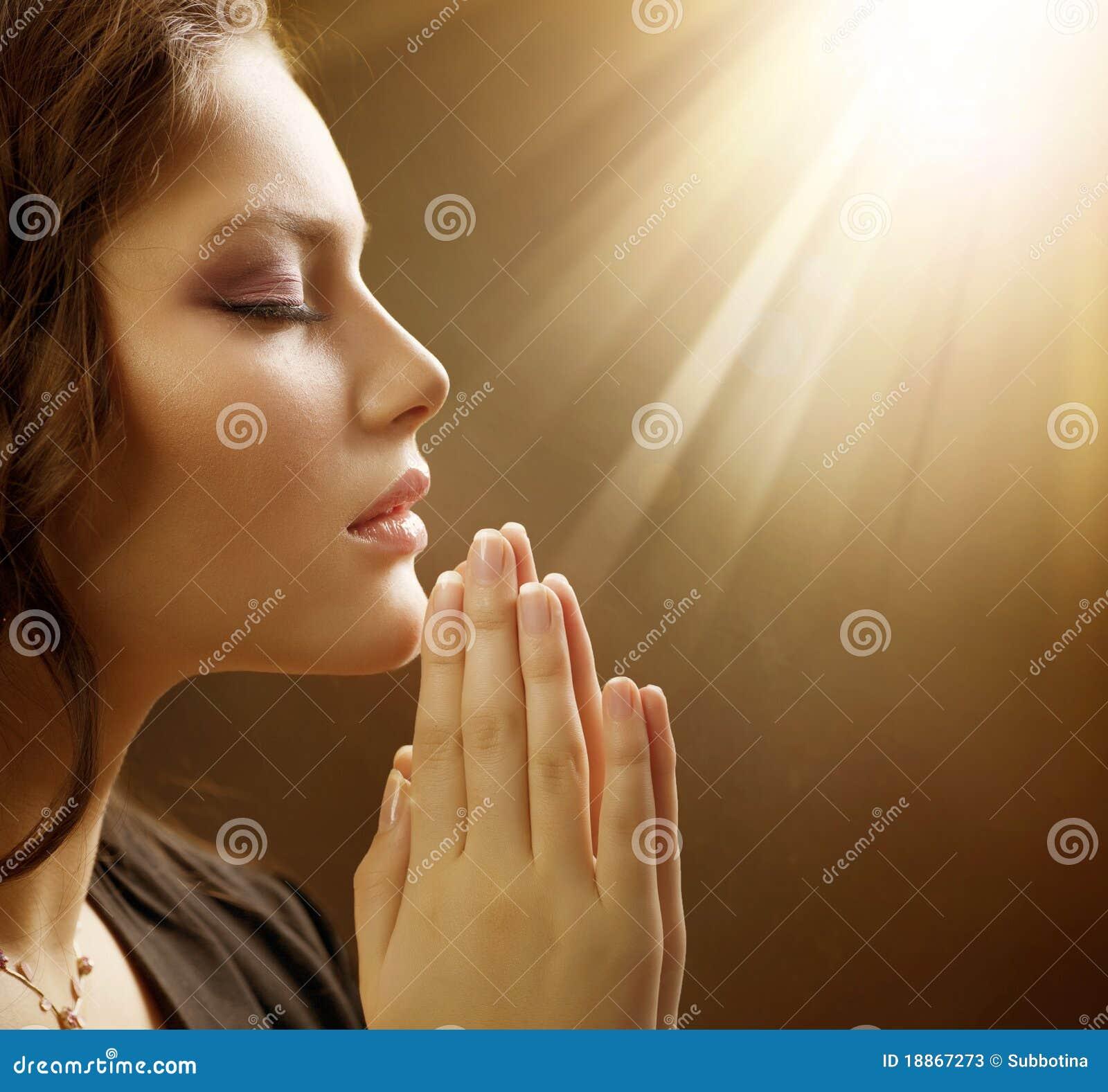 接近祈祷妇女年轻人