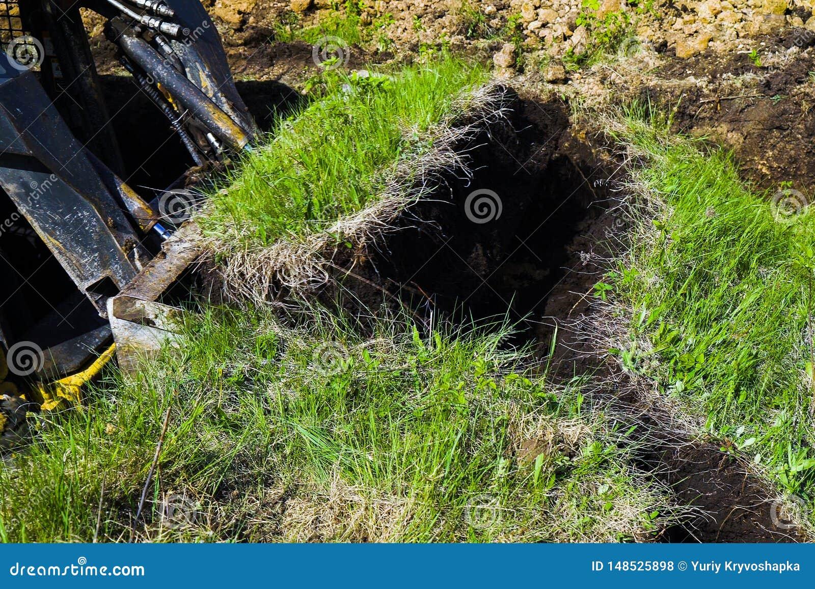 推土机桶被挖掘的象草的表面在地球工作期间