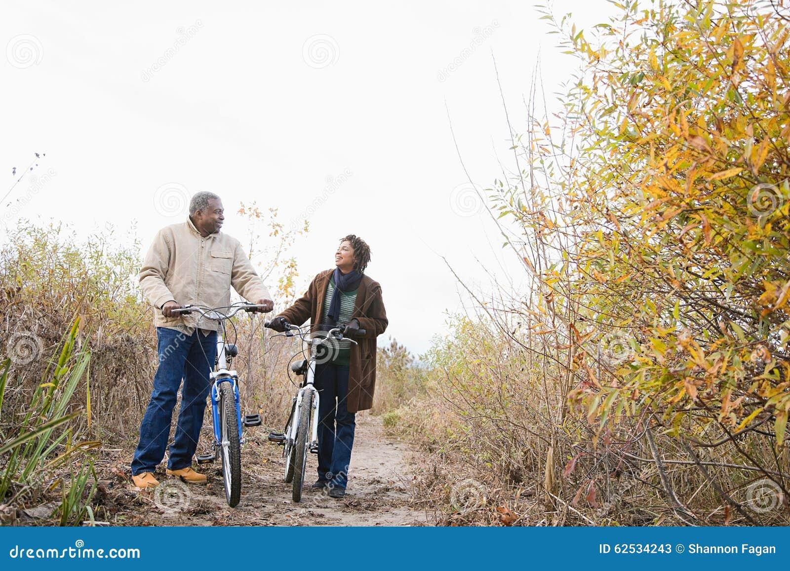 推挤自行车的夫妇