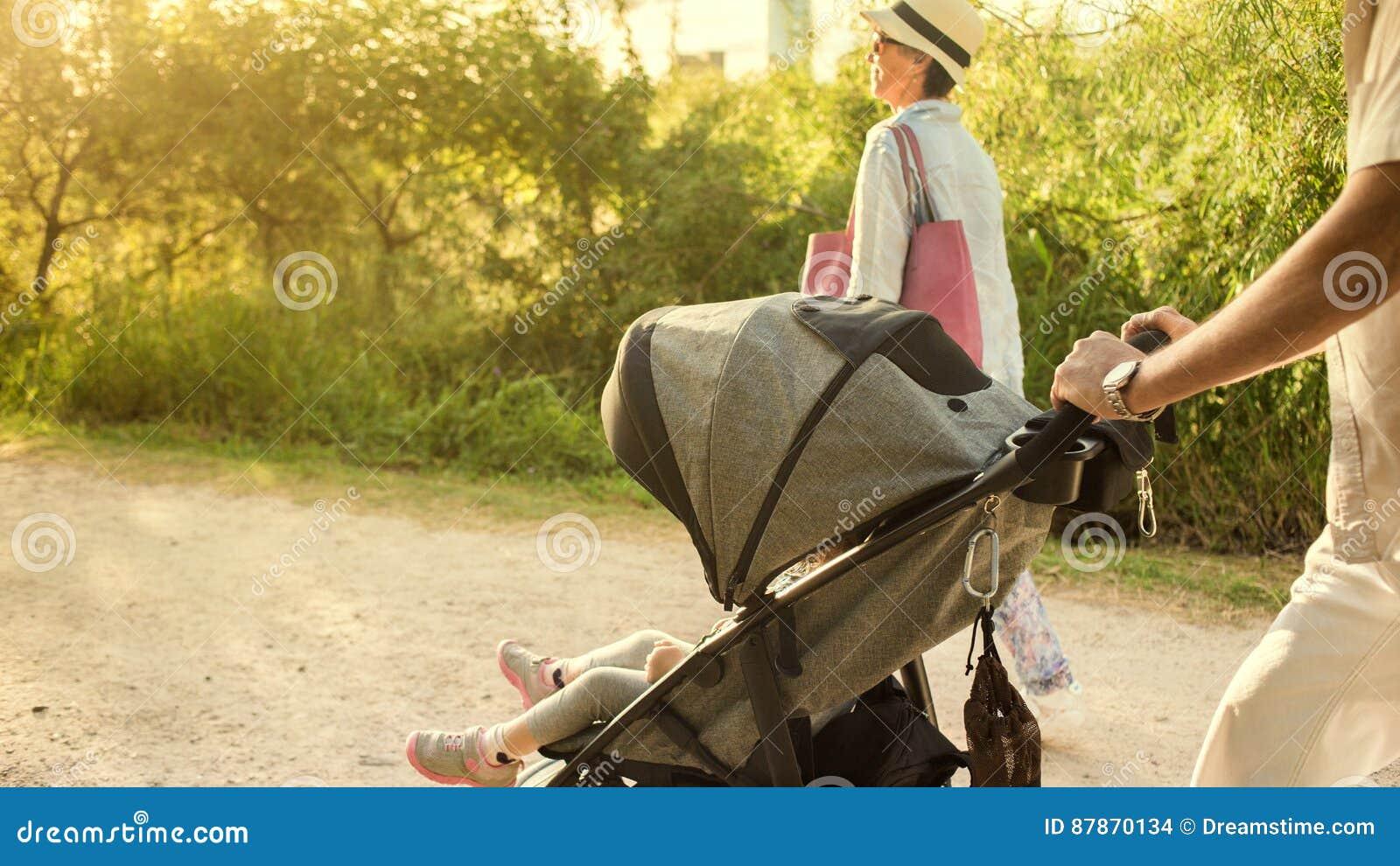 推挤婴儿推车的祖父母