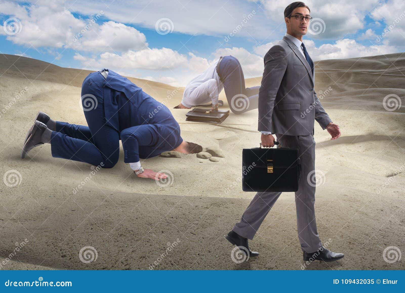 掩藏他的头的商人在逃脱从问题的沙子