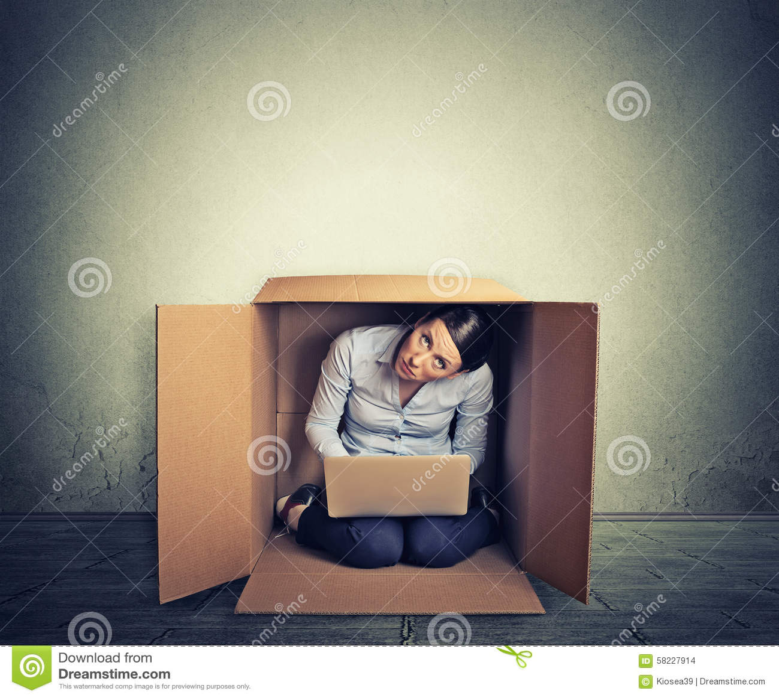 掩藏在箱子的妇女研究计算机