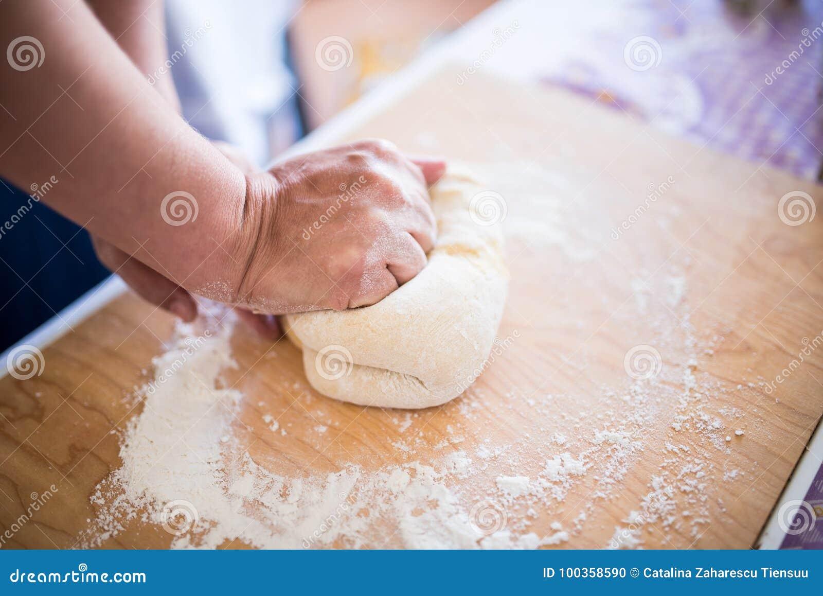 揉面团面团面包的妇女手