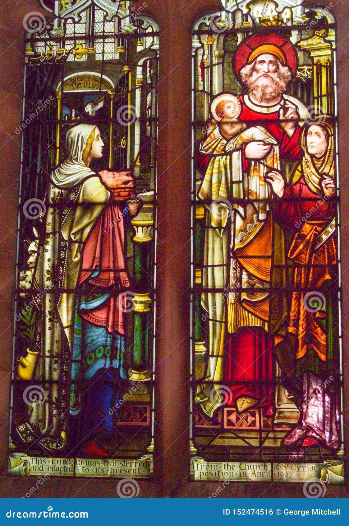 描述一个宗教场面的污点玻璃窗