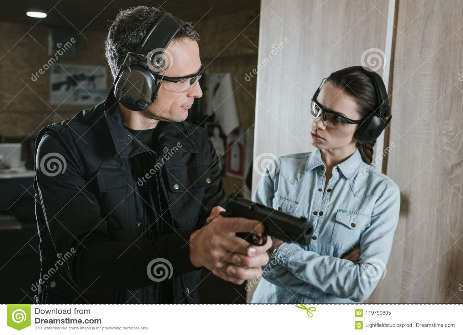 描述枪的男性辅导员对女性客户